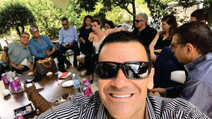 Jose Bobadilla en la terraza de su casa junto a otros diamantes